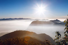 Schöne Landschaft Sonnenaufgang auf der ` s Berg-Sri Pada Adam Spitze Sri Lanka Stockfotografie