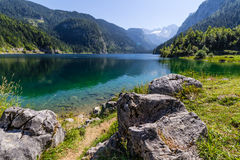 Schöne Landschaft von alpinem See mit haarscharfem grünem Wasser und Bergen im Hintergrund, Gosausee, Österreich Lizenzfreie Stockbilder