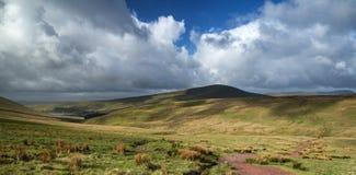 Schöne Landschaft von Brecon erleuchtet Nationalpark mit schwermütigem s Stockfotografie