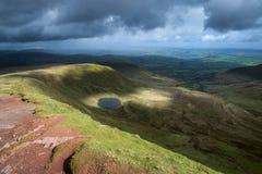 Schöne Landschaft von Brecon erleuchtet Nationalpark mit schwermütigem s Lizenzfreies Stockfoto