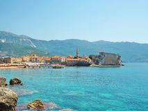 Schöne Landschaft von Budva, Montenegro Ansicht über Meer und Berge Seeansicht über Budva-Zitadelle Montenegro-Landschaft am sonn Lizenzfreie Stockbilder