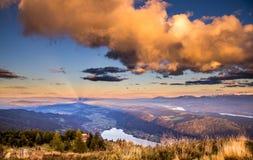 Schöne Landschaft von der Spitze der österreichischen Alpenberge Stockfotografie