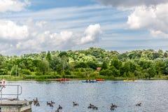 Schöne Landschaft von einem Fluss in England, an einem Sommertag stockfoto