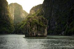 Schöne Landschaft von Halong-Bucht mit Sonnenschein in Vietnam stockbild