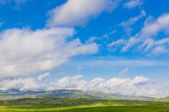 Schöne Landschaft von Norwegen steuert mit grünen Dächern und, bergigem Gelände und Reservoiren automatisch an Stockbild