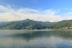 Schöne Landschaft von Phewa See in Pokhara, Nepal lizenzfreie stockbilder