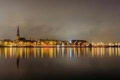 Schöne Landschaft von Riga-Mitte mit Reflexion im Daugava an n Stockbilder