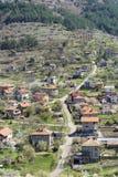 Schöne Landschaft von Stadt, von Berg und von Häusern Svoge Stockbild