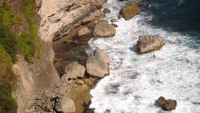 Schöne Landschaft von Steinklippen, von Meereswogen und von oceanscape Von der Luftdraufsicht Bali, Indonesien Langsame Bewegung stock footage