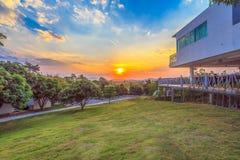 Schöne Landschaften mit Sonnenuntergang und blauem Himmel Lizenzfreies Stockfoto