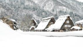 Schöne Landschafts-Ansicht von Welt-Erbe-shirakawago Dorf mit Schnee in der Wintersaison, Gifu, Japan stockfotografie