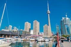 Schöne Landschaftsansicht von im Stadtzentrum gelegener Toronto-Ufergegend mit Yachten parkte auf Wasser Lizenzfreie Stockbilder