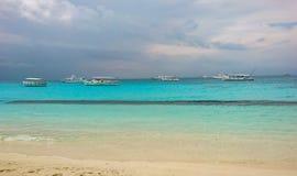 Schöne Landschaftsansicht von weißer Insel sandiger Strand Malediven-freien Raumes lizenzfreies stockbild