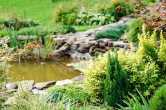 Schöne Landschaftsgestaltung im Hausgarten stockbild