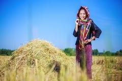Schöne Landwirtfrau mit dem Stroh auf dem Gebiet Stockfotos