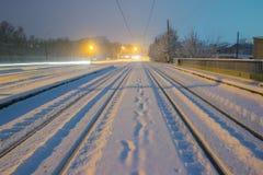 schöne lange Eisenbahn auf der Art des Winters Lizenzfreie Stockfotografie