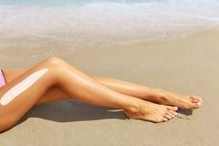 Schöne lange schlanke weibliche ein Sonnenbad nehmende Beine Stockbilder