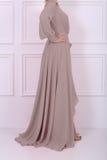 Schöne langhaarige Frau im beige Kleid Lizenzfreie Stockfotografie