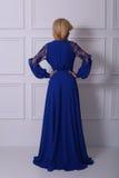 Schöne langhaarige Frau im blauen Kleid Lizenzfreies Stockfoto
