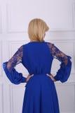 Schöne langhaarige Frau im blauen Kleid Stockfoto