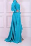 Schöne langhaarige Frau im blauen Kleid Stockfotografie