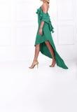 Schöne langhaarige Frau im grünen Kleid Stockbilder