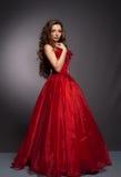 Schöne langhaarige Frau im roten Kleid Lizenzfreie Stockfotografie
