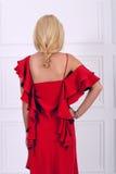 Schöne langhaarige Frau im roten Kleid Lizenzfreie Stockfotos