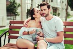 Schöne langhaarige weibliche Person, die ihren Partner küsst stockbilder