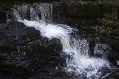 Schöne langsame Belichtungszeit auf Wasserfällen in Südwales Lizenzfreie Stockfotografie
