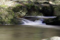 Schöne langsame Belichtungszeit auf Wasserfällen in Südwales Lizenzfreies Stockfoto