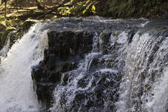 Schöne langsame Belichtungszeit auf Wasserfällen in Südwales Lizenzfreie Stockfotos