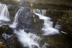 Schöne langsame Belichtungszeit auf Wasserfällen in Südwales Stockbild