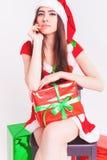 Schöne lateinische Frau, die eine Geschenkbox am Weihnachtstag hält Lizenzfreie Stockfotografie
