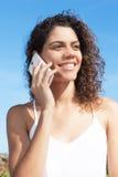 Schöne lateinische Frau, die am Telefon spricht Stockbild