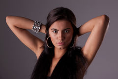 Schöne lateinische Frau, ihr Haar anhalten stockbilder
