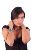 Schöne lateinische Frau, ihr Haar anhalten stockfotos
