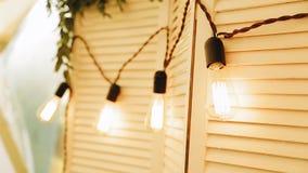 Schöne Laternen, die an der Wand hängen Abschluss oben Sch?ne Leuchte stock video footage