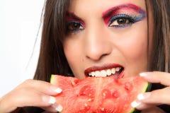 Schöne Latina-Frau, die Wassermelone isst stockfoto