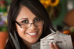 Schöne Latina-Frau mit Kupons Lizenzfreie Stockbilder