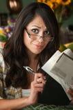 Schöne Latina-Frau mit vielen Rechnungen Stockbild