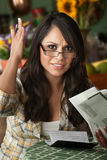 Schöne Latina-Frau mit vielen Rechnungen lizenzfreie stockbilder