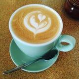 Schöne Latte-Kunst auf dem Unterzeichnung australischen flachen Weiß Stockbild