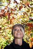 Schöne lebhafte Frau im Herbstlaub Stockfotos