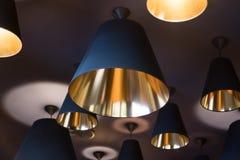 Schöne Lichter der Leuchter auf der Deckenbeleuchtung lizenzfreie stockfotos