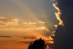 Schöne Lichter im Sonnenuntergangshimmel lizenzfreie stockbilder
