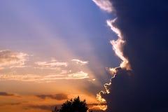 Schöne Lichter im Sonnenuntergangshimmel lizenzfreies stockfoto
