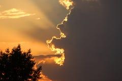 Schöne Lichter im Sonnenuntergangshimmel lizenzfreie stockfotografie