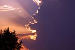 Schöne Lichter im Sonnenuntergangshimmel stockfotografie