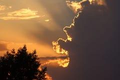Schöne Lichter im Sonnenuntergangshimmel lizenzfreie stockfotos